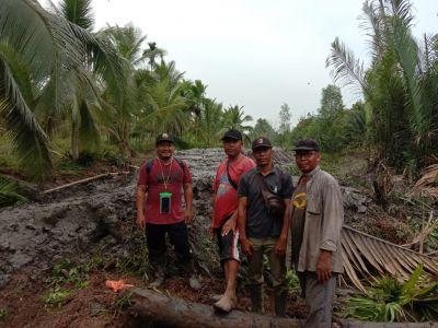 Penyuluh Perkebunan Disbun Inhil Lakukan Monitoring Pekerjaan Pembangunan Tanggul Mekanik